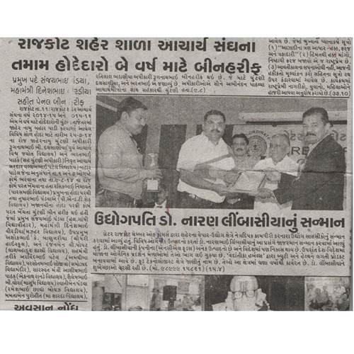 Naran Limbasiya Getting award for his Innovative research.
